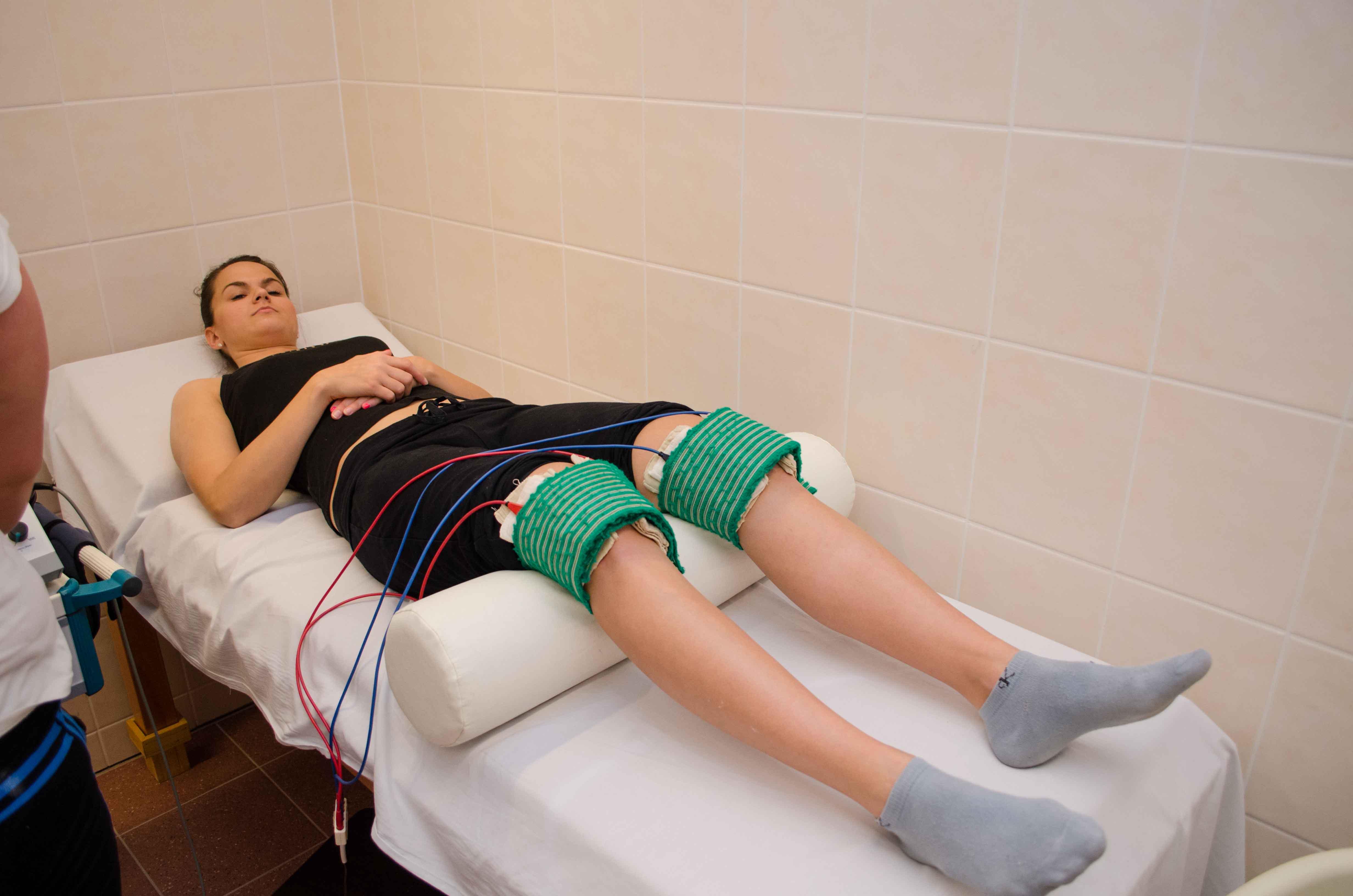 ízületi kezelés fizikai helyiségben a csípőízületben történő mozgatás során fellépő fájdalom okokat okoz