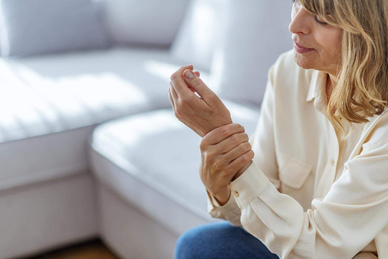 fájdalom a váll ízületeiben, miközben kezét emelik